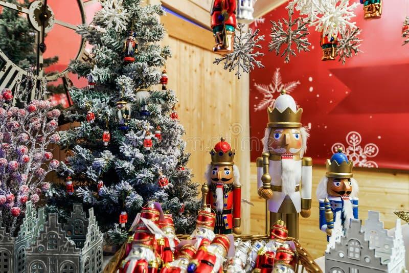 Καρυοθραύστης και διακοσμήσεις Χριστουγέννων στα Χριστούγεννα Bazaar Vilnius στοκ φωτογραφία