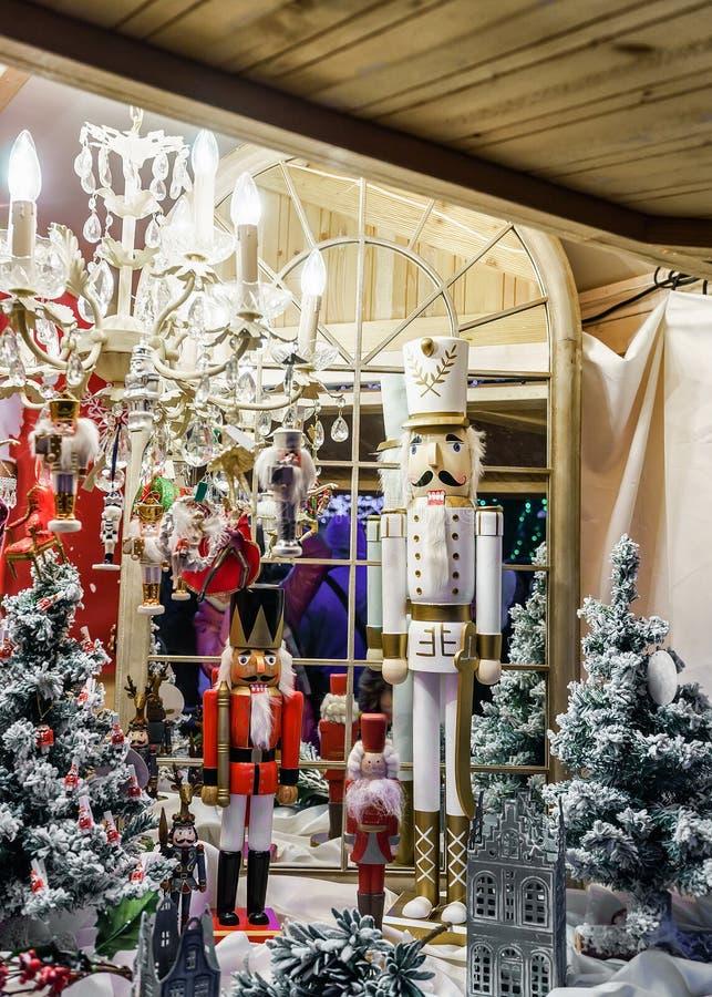 Καρυοθραύστης και διακοσμήσεις Χριστουγέννων στην έκθεση Χριστουγέννων Vilnius στοκ φωτογραφία