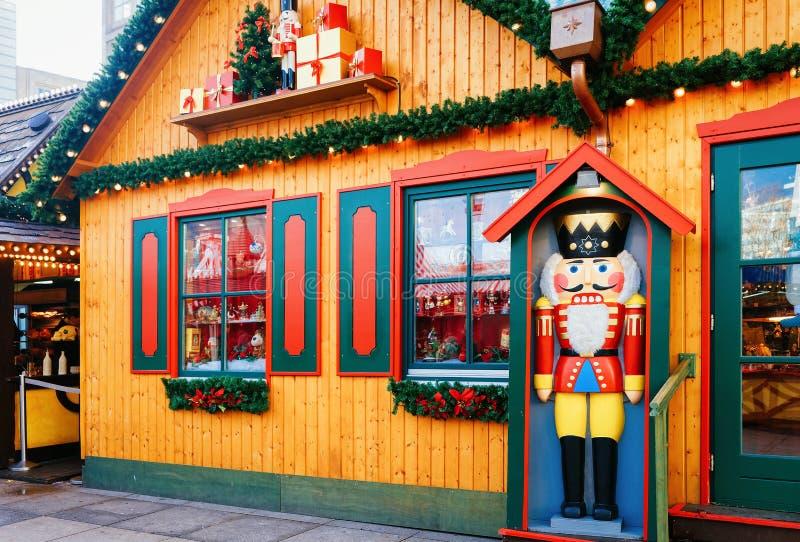 Καρυοθραύστης στην αγορά Χριστουγέννων σε Alexanderplatz του χειμώνα Βερολίνο Γερμανία στοκ εικόνα