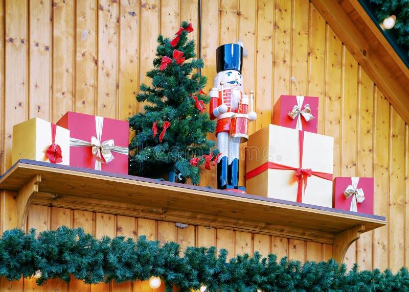 Καρυοθραύστης στην αγορά Χριστουγέννων σε Alexanderplatz το χειμώνα Βερολίνο, Γερμανία Δίκαιοι διακόσμηση και στάβλοι εμφάνισης μ στοκ φωτογραφίες με δικαίωμα ελεύθερης χρήσης