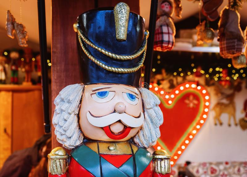 Καρυοθραύστης στην αγορά Χριστουγέννων σε Alexanderplatz το χειμώνα Βερολίνο, Γερμανία Δίκαιοι διακόσμηση και στάβλοι εμφάνισης μ στοκ φωτογραφία με δικαίωμα ελεύθερης χρήσης