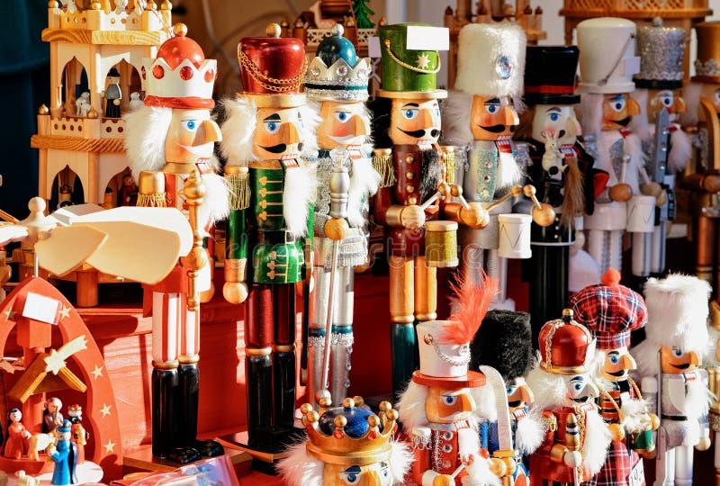 Καρυοθραύστης στην αγορά Χριστουγέννων, Alexanderplatz το χειμώνα Βερολίνο, Γερμανία Δίκαιοι διακόσμηση και στάβλοι εμφάνισης με  στοκ εικόνα