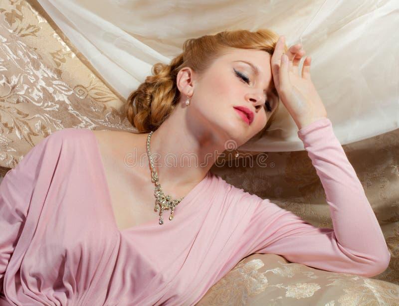 καρφίτσα-επάνω πλάνο ύφους της δεκαετίας του '40 της όμορφης νέας γυναίκας στοκ φωτογραφίες με δικαίωμα ελεύθερης χρήσης