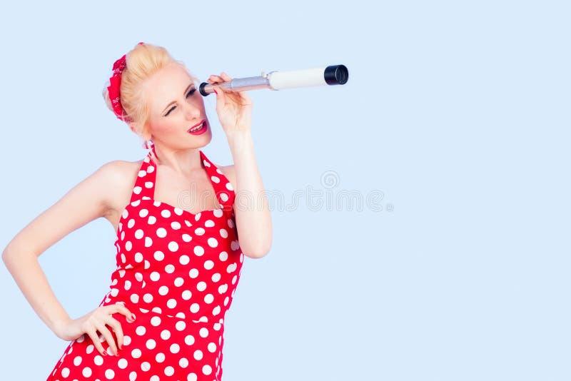 Καρφίτσα επάνω στην κυρία ύφους σε ένα εκλεκτής ποιότητας κόκκινο φόρεμα στοκ φωτογραφίες