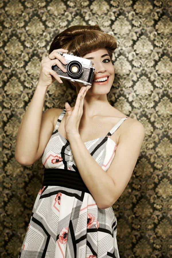 Καρφίτσα επάνω στο κορίτσι με την αναδρομική φωτογραφική μηχανή στοκ εικόνα