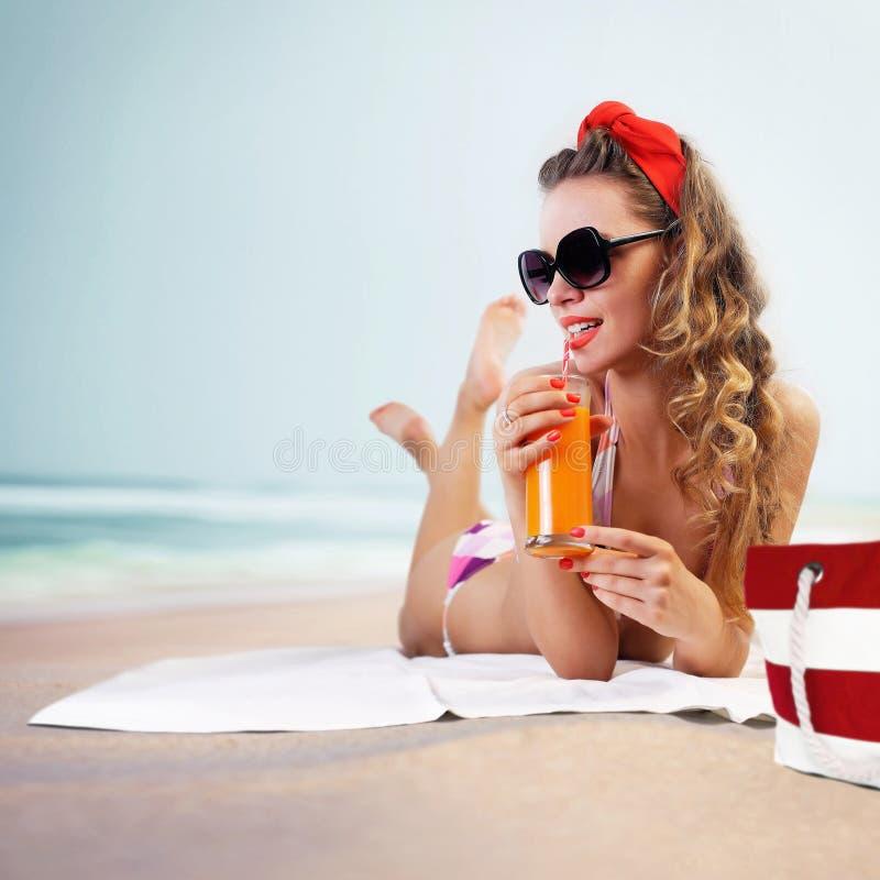 Καρφίτσα-επάνω στο κορίτσι στην παραλία στοκ φωτογραφία