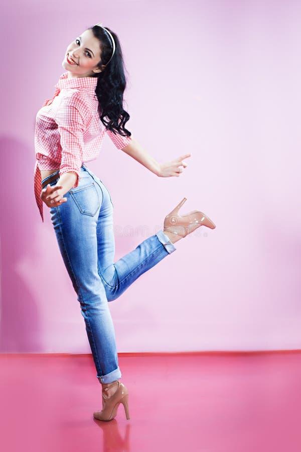 Καρφίτσα επάνω στο κορίτσι στο τζιν παντελόνι στοκ φωτογραφίες