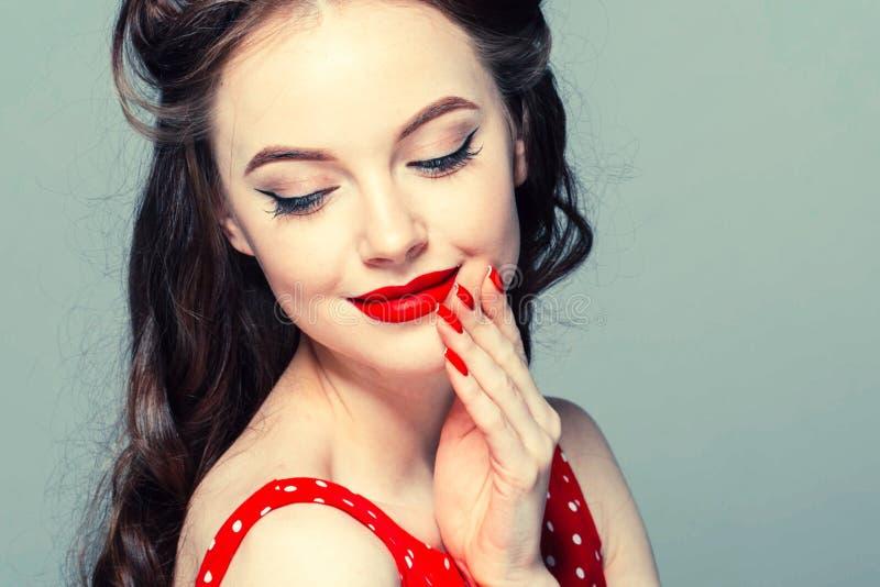 Καρφίτσα επάνω στο πορτρέτο γυναικών Όμορφο αναδρομικό θηλυκό στο φόρεμα σημείων Πόλκα με τα κόκκινα χείλια στοκ εικόνα