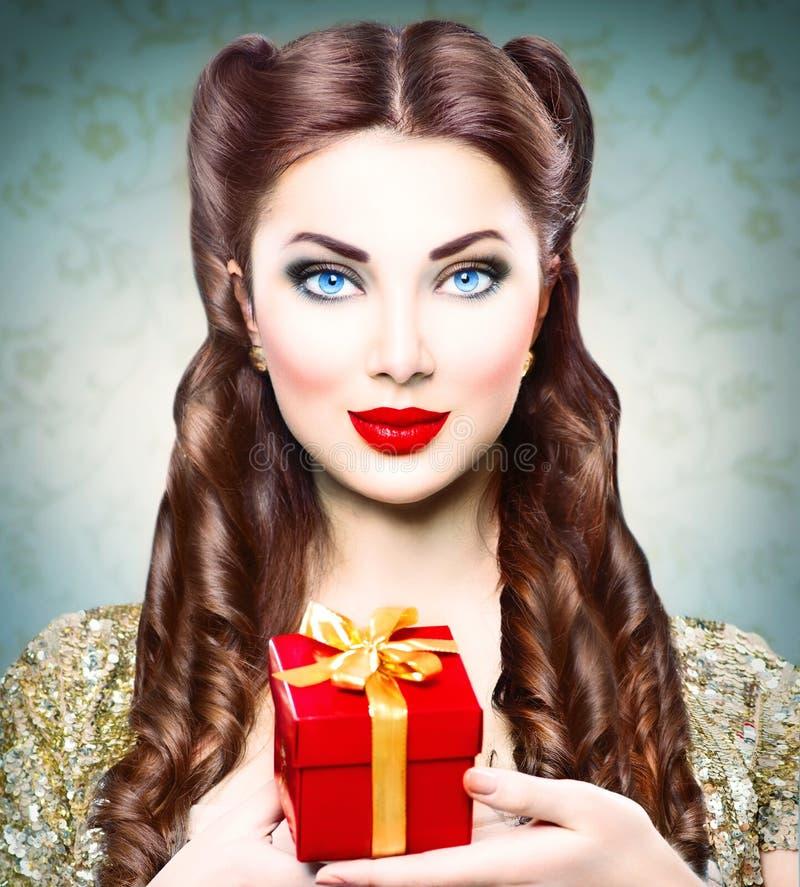 Καρφίτσα ομορφιάς επάνω στο κορίτσι με το κιβώτιο δώρων διακοπών στοκ εικόνα με δικαίωμα ελεύθερης χρήσης