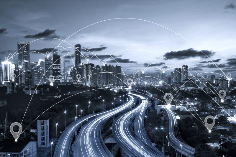 Καρφίτσα χαρτών επίπεδη επάνω από την μπλε πόλη τόνου scape στοκ φωτογραφία