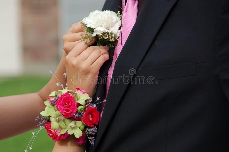 Καρφίτσες ημερομηνίας Prom στο λουλούδι πέτου στοκ εικόνες με δικαίωμα ελεύθερης χρήσης