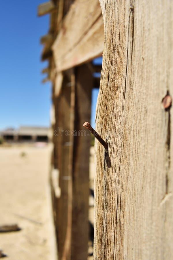 Καρφί ξύλινο στενό σε επάνω Κτήριο στην έρημο στοκ εικόνα με δικαίωμα ελεύθερης χρήσης