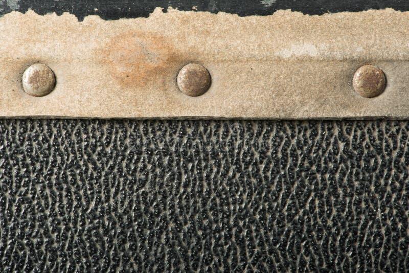 Καρφιά και μέρη δέρματος από τη βαλίτσα στοκ φωτογραφίες