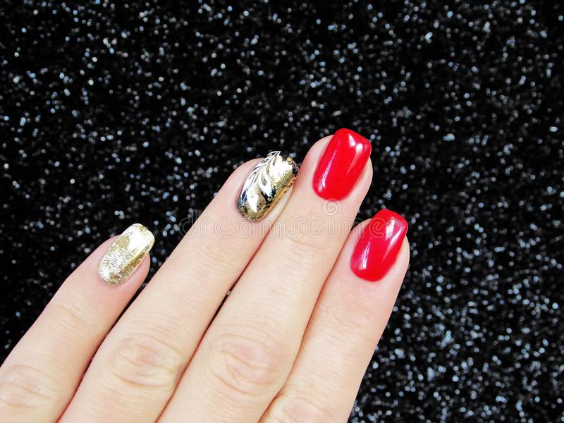 Καρφιά μανικιούρ με το χρυσό φύλλων αλουμινίου, κόκκινο, άσπρο στοκ εικόνα με δικαίωμα ελεύθερης χρήσης