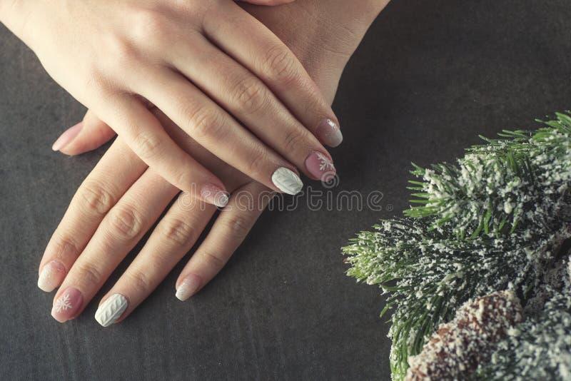 Καρφιά σχεδίου χειμερινού μανικιούρ, μαλακό ρόδινο και άσπρο χρώμα στοκ εικόνες