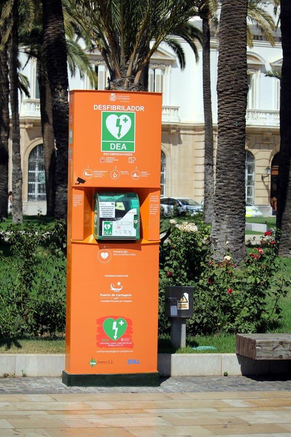Καρχηδόνα, Murcia, Ισπανία - 1 Αυγούστου 2018: Δημόσια προσιτός defibrillator, ή AED, σε μια ηλιόλουστη ισπανική οδό στοκ φωτογραφίες
