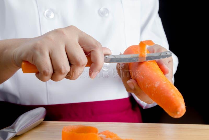 Καρότα αποφλοίωσης αρχιμαγείρων στοκ φωτογραφία με δικαίωμα ελεύθερης χρήσης
