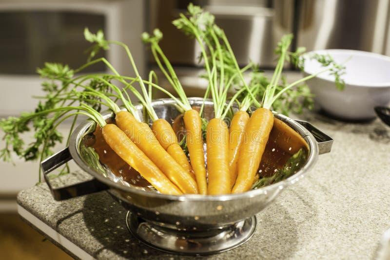 Καρότα με τα πράσινα στοκ εικόνα