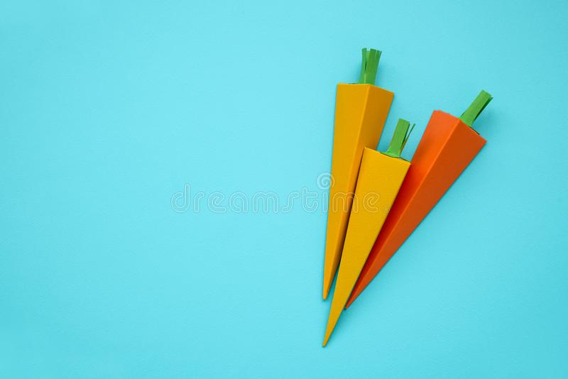 Καρότα που γίνονται από το έγγραφο για το μπλε υπόβαθρο Φρέσκα λαχανικά Έννοια ελάχιστης, δημιουργικής, vegan, υγιούς ή τέχνης τρ στοκ φωτογραφίες με δικαίωμα ελεύθερης χρήσης