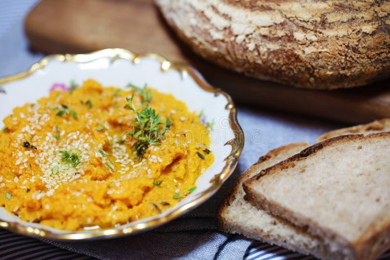 Καρότο και γλυκιά πατάτα που διαδίδονται ή εμβύθιση με το τεμαχισμένο ψωμί στοκ εικόνες