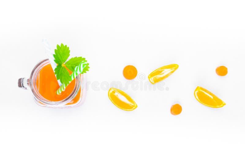 καρότο και χυμό πορτοκάλι με πράσινο φύλλο στοκ φωτογραφίες