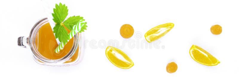 καρότο και χυμό πορτοκάλι με πράσινο φύλλο στοκ εικόνες