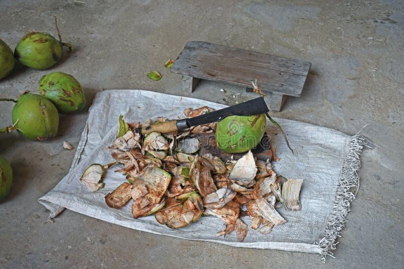 Καρύδα και κοχύλι καρύδων με να τεμαχίσει το μαχαίρι και τη μικρή καρέκλα επάνω στοκ φωτογραφίες με δικαίωμα ελεύθερης χρήσης