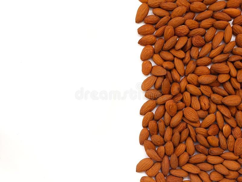 Καρύδια αμυγδάλων σε ένα άσπρο υπόβαθρο στοκ φωτογραφία