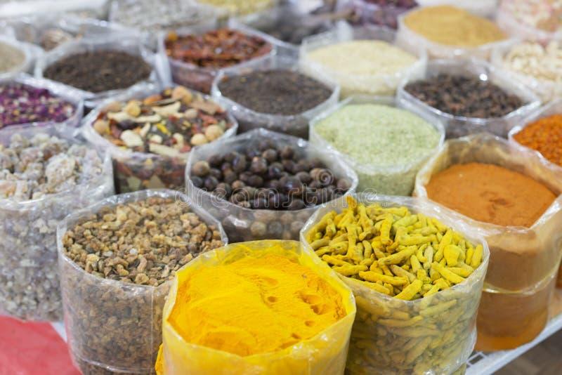 Καρύδια και καρυκεύματα στο παλαιό souq Nizwa, Ομάν στοκ εικόνα