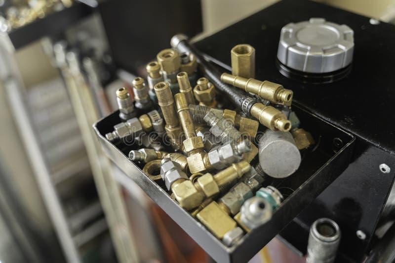 Καρύδια - και - μπουλόνια στο εργαστήριο γκαράζ μηχανικών στοκ εικόνα με δικαίωμα ελεύθερης χρήσης