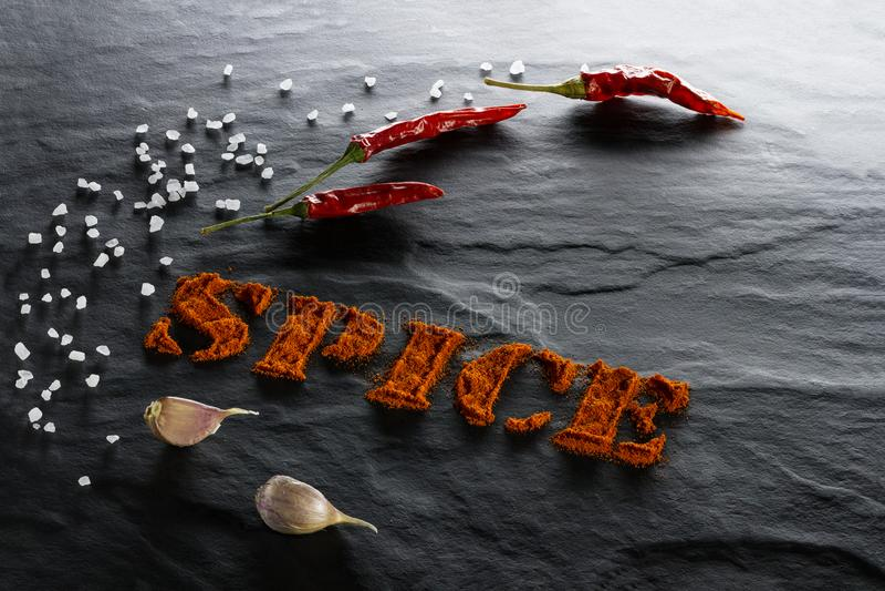 καρύκευμα Επίγεια πάπρικα, πιπέρι τσίλι, σκόρδο και αλατισμένος στενός επάνω θάλασσας στοκ εικόνες