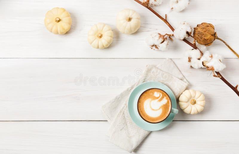 Καρύκευμα κολοκύθας latte Τοπ άποψη καφέ σχετικά με το άσπρο ξύλινο υπόβαθρο στοκ εικόνα με δικαίωμα ελεύθερης χρήσης