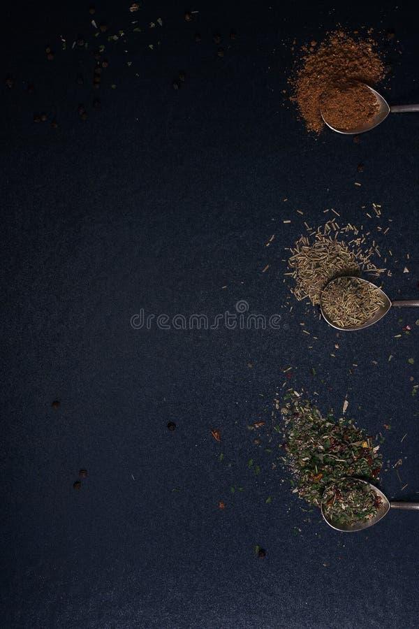 Καρύκευση με ένα ασημένιο κουτάλι στοκ φωτογραφίες