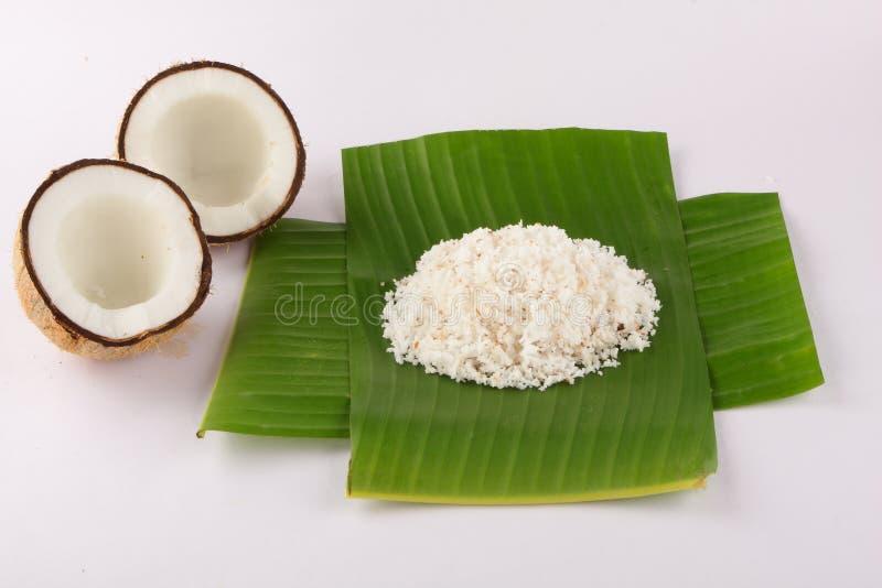 Καρύδες με τα φύλλα καρύδων και την τεμαχισμένη καρύδα που εξυπηρετούνται στο φύλλο μπανανών στοκ φωτογραφία με δικαίωμα ελεύθερης χρήσης