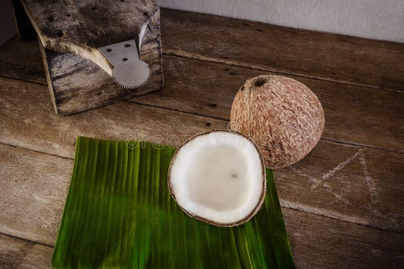 Καρύδες στο φύλλο μπανανών και τον ξύστη καρύδων στοκ φωτογραφία με δικαίωμα ελεύθερης χρήσης
