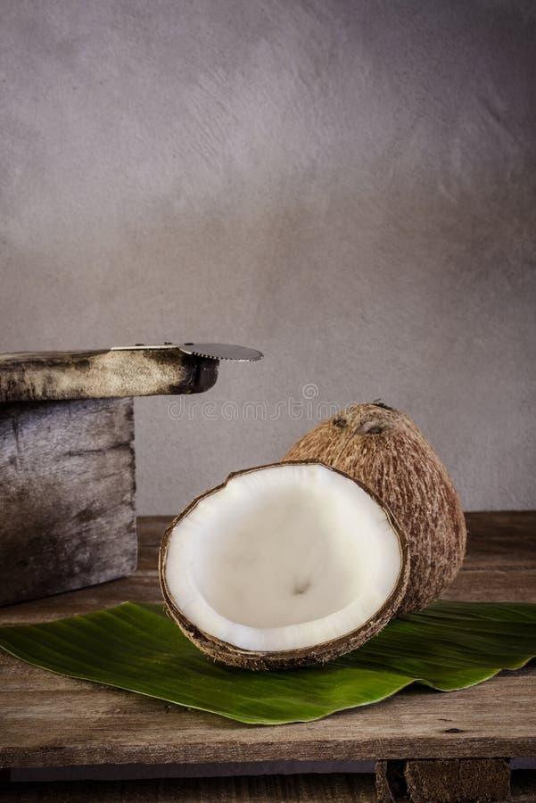Καρύδες στο φύλλο μπανανών και τον ξύστη καρύδων στοκ εικόνες με δικαίωμα ελεύθερης χρήσης