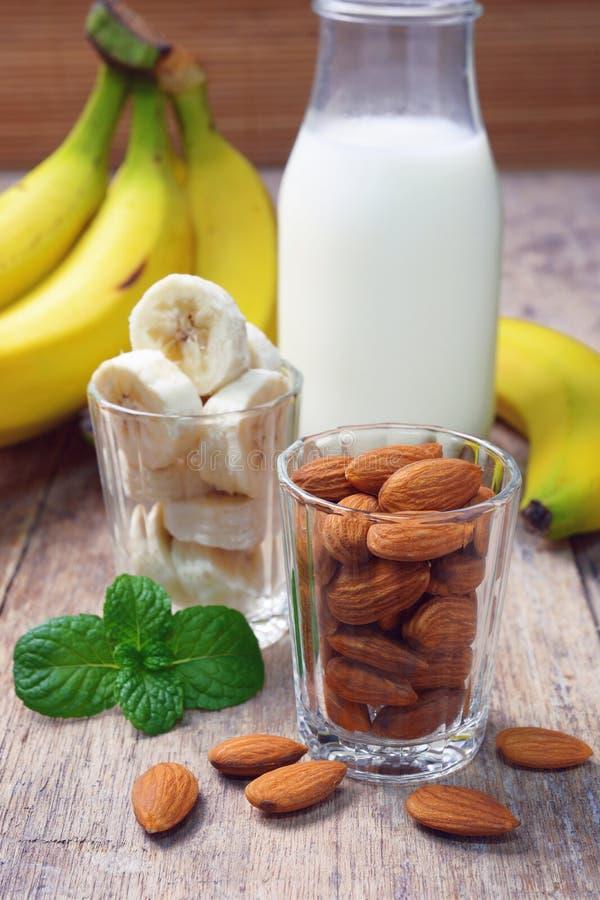 Καρύδια αμυγδάλων και τεμαχισμένη μπανάνα στοκ εικόνες με δικαίωμα ελεύθερης χρήσης