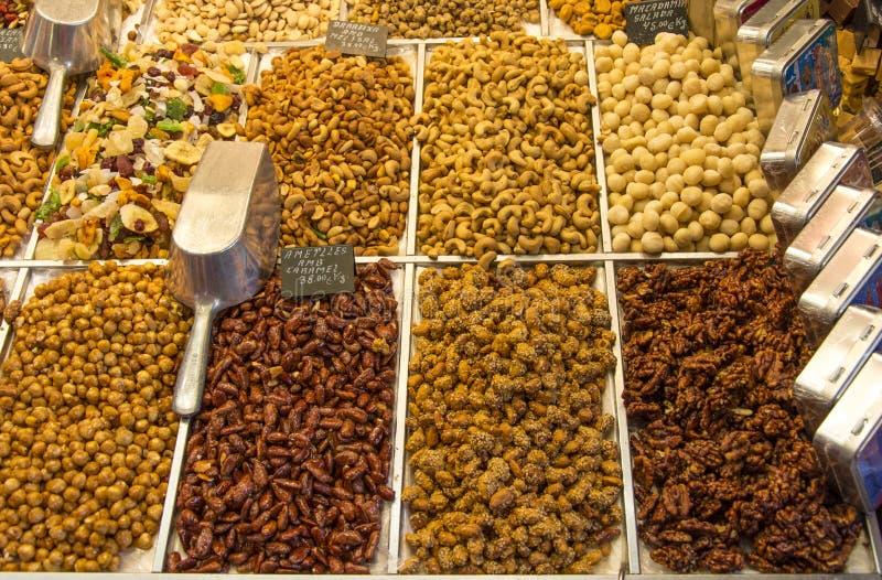 Καρύδια, ξηρά τρόφιμα και καραμελοποιημένο αμύγδαλο στοκ εικόνα