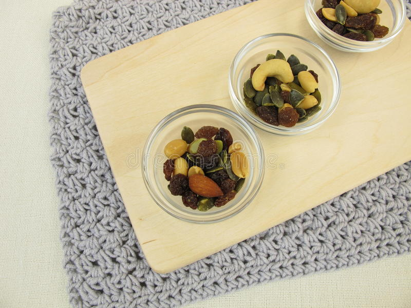 Download Καρύδια, σπόροι και σταφίδες Στοκ Εικόνες - εικόνα από μίγμα, ξηρός: 62721578