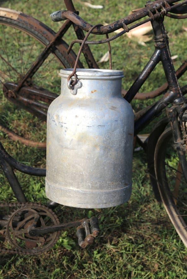 Καρδάρι γάλακτος αργιλίου που χρησιμοποιείται από τους αγρότες για να φέρει το φρέσκο γάλα στοκ φωτογραφία