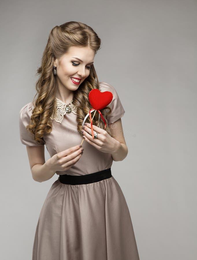 Καρδιά γυναικών, όνειρα αγάπης, αναδρομική κυρία Portrait, βαλεντίνος παρών στοκ εικόνες