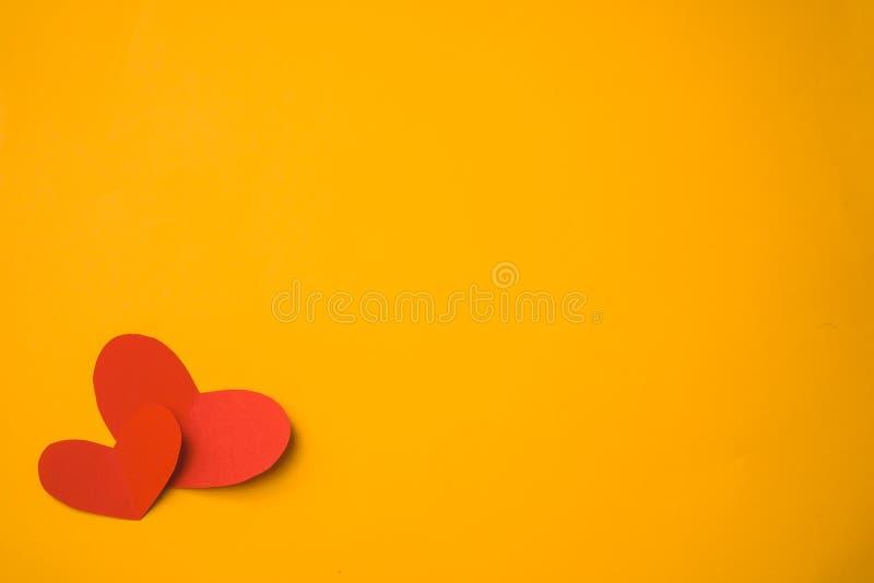 Καρδιά εγγράφου που γίνεται με τα χέρια στοκ φωτογραφία με δικαίωμα ελεύθερης χρήσης