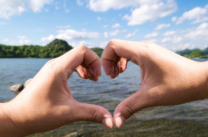 Καρδιά θερινών χεριών στοκ εικόνες