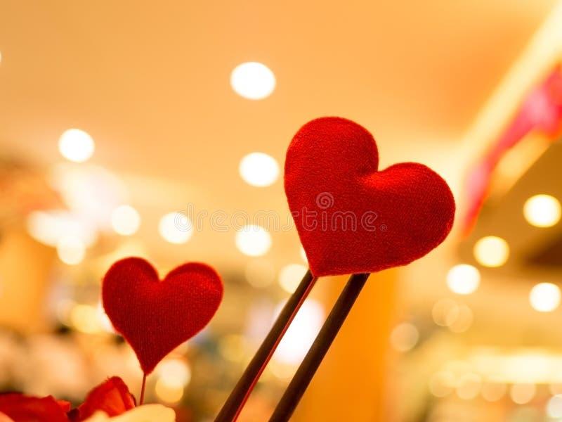 Καρδιά Κόκκινες καρδιές στο θολωμένο εκλεκτής ποιότητας υπόβαθρο Αγάπη, έννοια βαλεντίνων στοκ φωτογραφίες