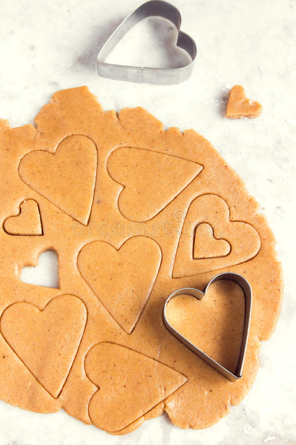καρδιά μπισκότων που διαμορφώνεται στοκ εικόνες