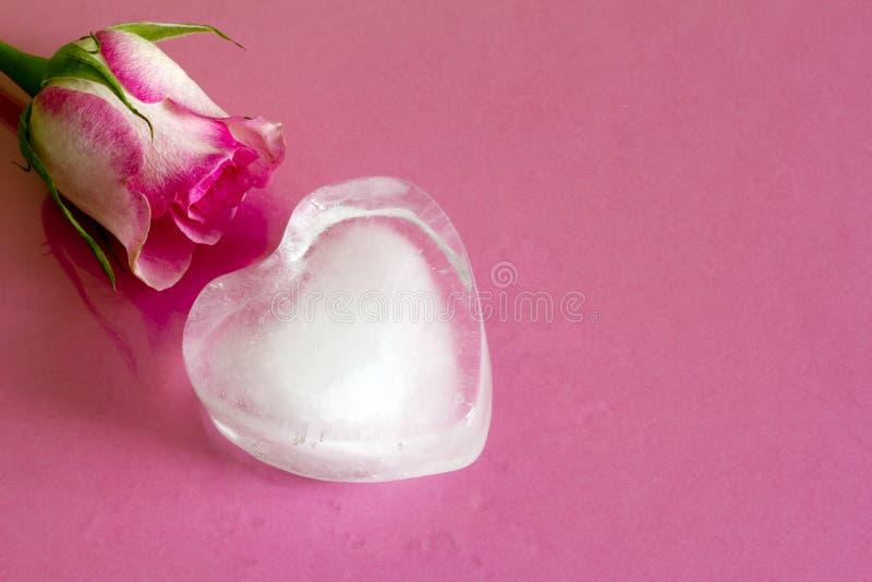 Καρδιά πάγου στο ρόδινο αφηρημένο υπόβαθρο αγάπης βαλεντίνων στοκ φωτογραφία