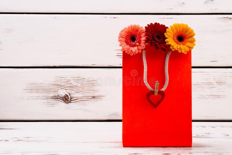 Καρδιά στην τσάντα εγγράφου στοκ φωτογραφίες