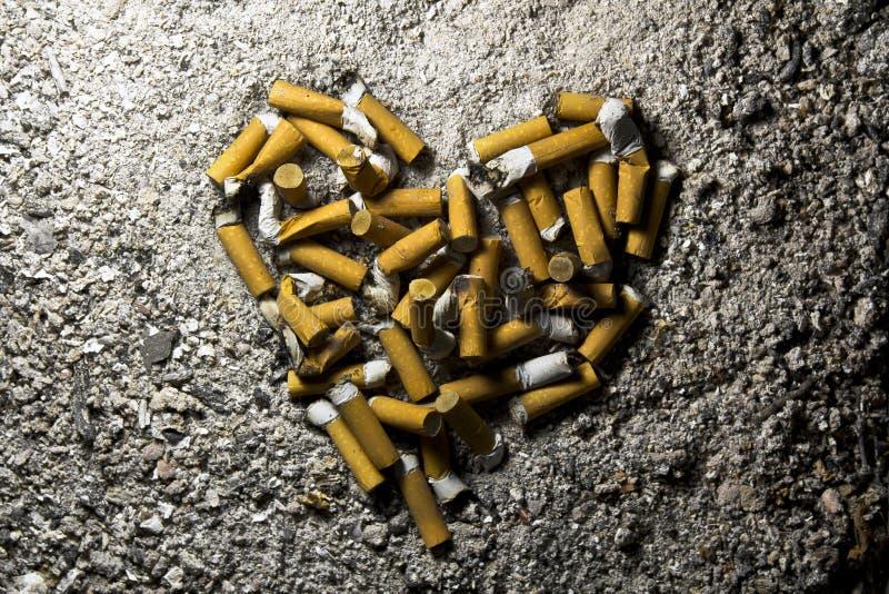 Καρδιά φιαγμένη από καπνισμένα τσιγάρα στοκ εικόνες