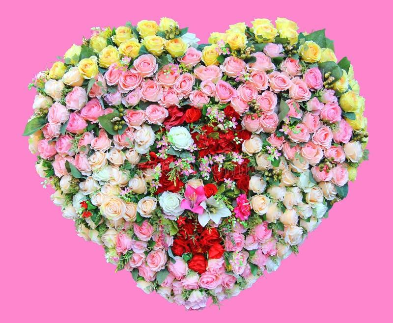 Καρδιά φιαγμένη από λουλούδι τριαντάφυλλων που απομονώνεται στο ρόδινο υπόβαθρο διανυσματική απεικόνιση