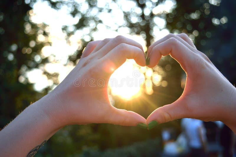 καρδιά χεριών που διαμορ&phi στοκ φωτογραφίες με δικαίωμα ελεύθερης χρήσης
